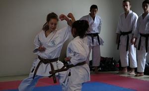 Enfants du Cambodge d'hier à aujourd'hui - Association pour l'Avenir d'un enfant - Karaté par des athlètes de haut niveau du club de karaté SKB d'Épinay-sous-Sénart